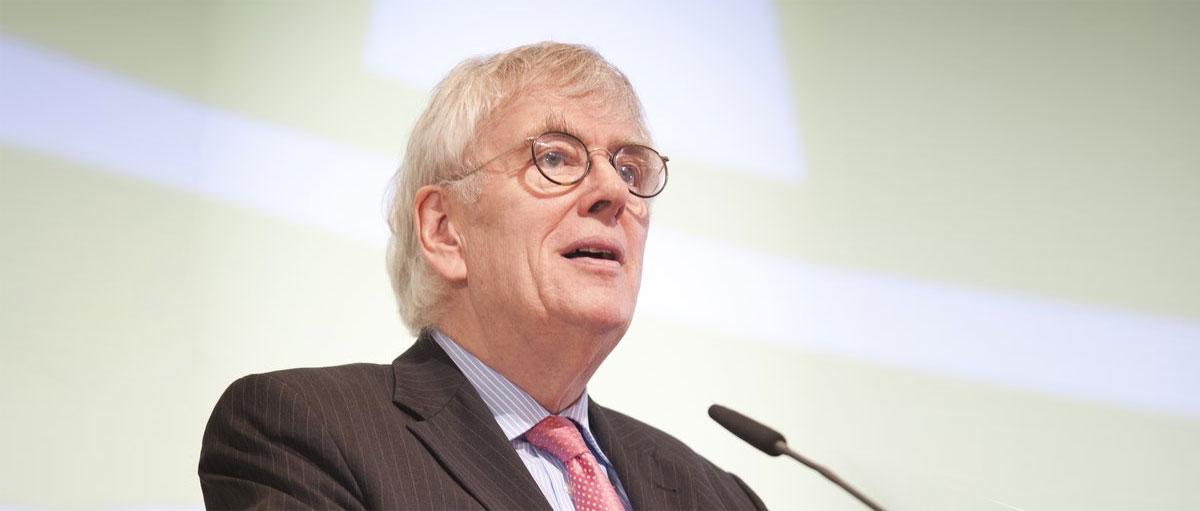 Bild von Professor Doktor Wilhelm Hornbostel bei seinem Vortrag.