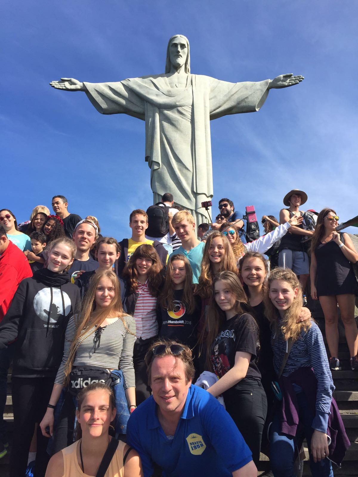 Scharfenberger Schüler und Lehrer vor der Jesus Statue in Brasilien.