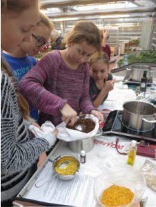 Schüler Experimentieren im Freilandlabor.