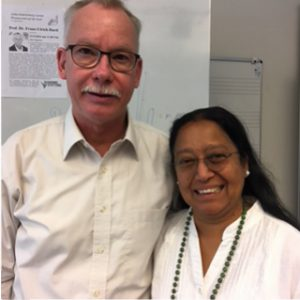 Professor Doktor Franz-Ulrich Hartl und eine Frau lächeln in die Kamera.