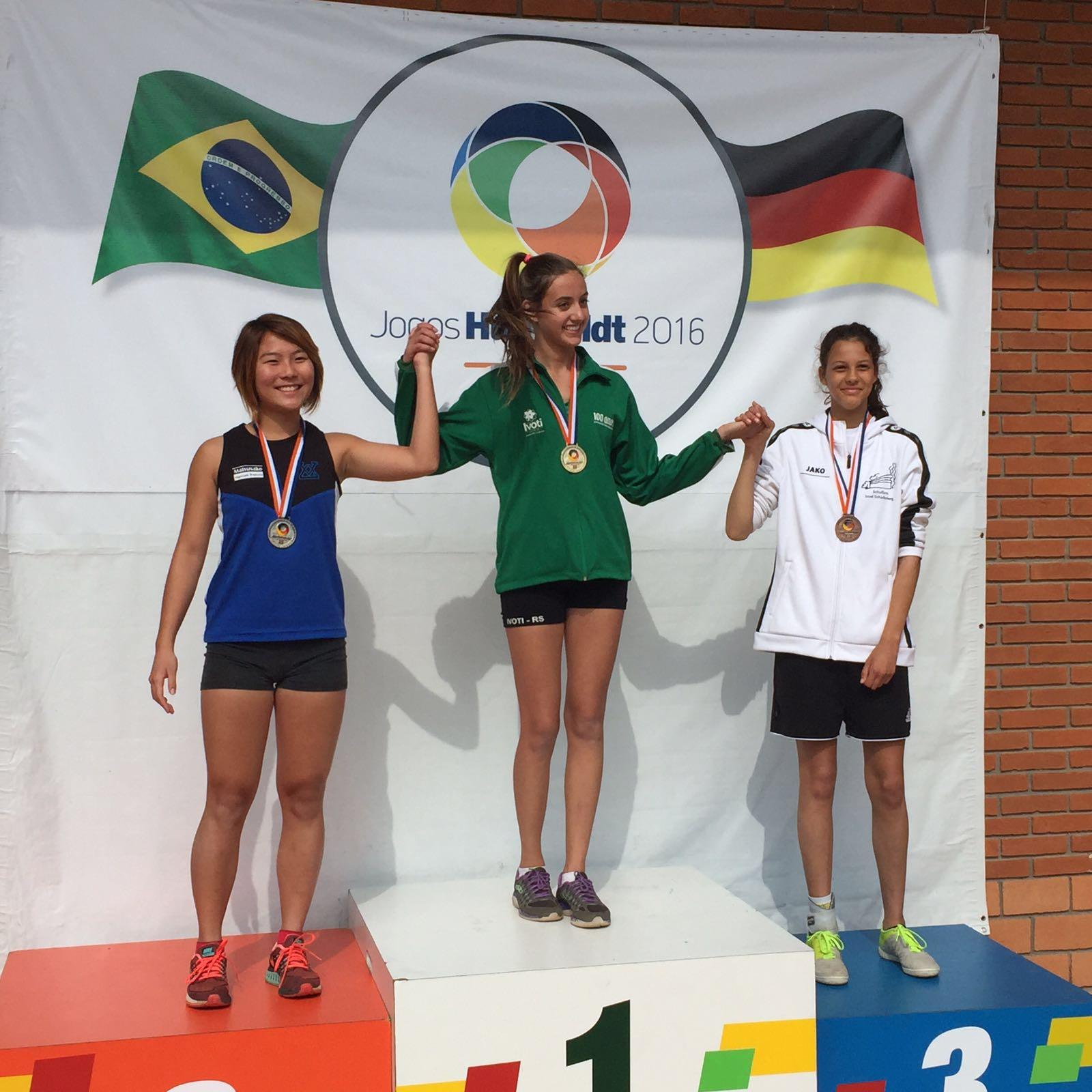 3 Mädchen stehen auf dem Siegerpodest.