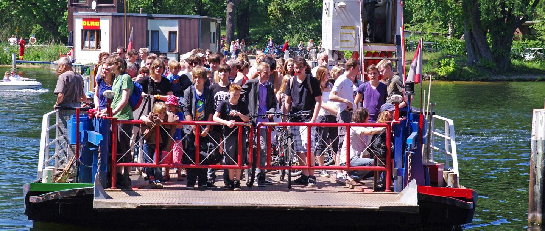 Viele Schüler befinden sich auf der Fahrzeugfähre von Scharfenberg.